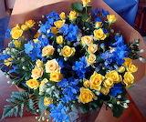 Roses jaunes et fleurs bleues
