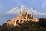Meksyk - kościół w oddali wulkan