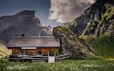 Casa-de-madera en las montañas