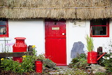 Traditional-irish-cottage-with-a-red-peter-zoeller