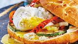 Sandwich-de-huevo-poche-y-queso-de-cabra