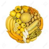 Círculo de frutas y verduras amarillas
