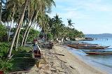 Philippines, Samar,une plage et des barques traditionnelles