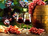 Vino y uvas rosadas