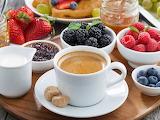 Desayuno con café y frutas