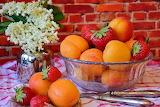Albicocche e fragole