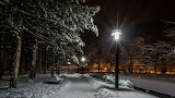Park w Zagrzebiu nocą.