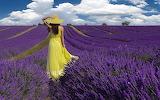 Femme en robe jaune-lavande
