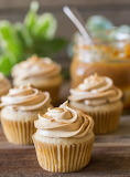 Apple cupcakes with dulce de leche