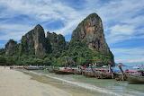 Longtailboote-strand-railay-inselhopping-thailand