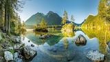 Skały na bawarskim jeziorze Hintersee z górami w tle