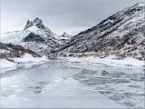 Lago y montañas nevadas