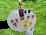 Camarero en fiesta de jardín sirviendo chupitos