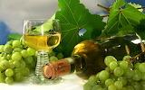 Vino blanco y uvas