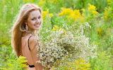 Lente-achtergrond-met-een-vrouw-met-een-mooie-bos-bloemen