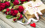 Valentine's-day-romantic-roses-heart-red-box-gift-ribbon-flowers