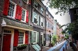 ^ Elfreth's Alley in Philadelphia, Pennsylvania USA