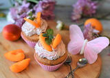 Muffins with cream and apricots