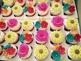 Flowery cupcakes by Ivani Cangussú