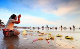 Bali-prayers-on-beach (1)