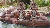 Statues incas au bord de la rivière