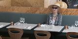 Femme au restaurant Caillebotte