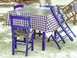 Mesa y sillas rústicas