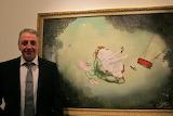 Ray Caesar devant un tableau
