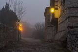 Vecchia strada illuminata