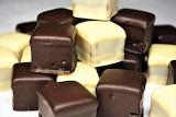 Chocolates blancos y negros