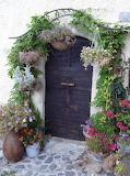 Belle porte ancienne entourée de fleurs