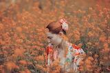 Mädchen im Blumenmeer