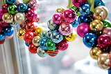 Christmas-bulb-ornament-garland