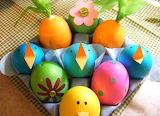 Osterdeko-kindern-eier-dekorieren-papier-knoepfe-kueken
