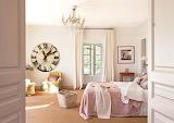 Reloj-de-pared-grande-en-dormitorio