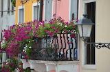 Farol y balcón florido