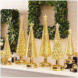 ^ Golden tree decorations with wreaths