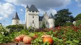 Vue de la façade du château du Rivau depuis le conservatoire des