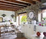 Cocina-con-paredes-de-piedra-y-reloj