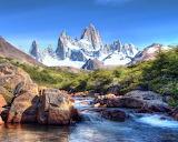 Verschneite Berge im satten Grün