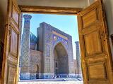 Uzbekistan - widok przez otwarte drzwi