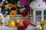 Composizione frutta e fiori, lanterna bianca