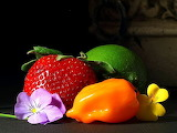 fruits-srawberry-strawberries-limes-peppers_w725_h544 - online jigsaw puzzle - 117 pieces
